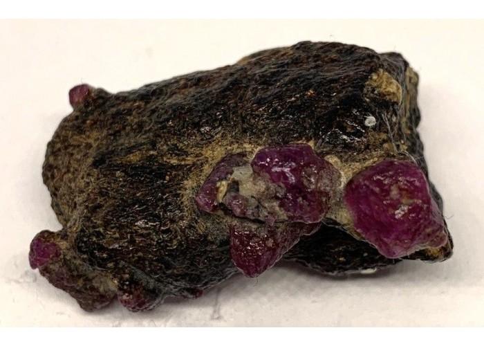 Рубіни, кристали в породі
